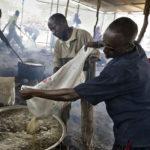 """Mitarbeiter des Camps bereiten im """"Badbado Feeding Center"""" die Reisrationen für die IDPs (internally displaced people) vor."""