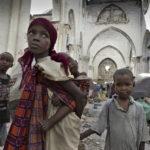 """Mogadischu, Altstadt: in den Ruinen der Kathedrale """"Southern Cross"""" leben Flüchtlinge in provisorischen Zelten. Die Kathedrale wurde im Bürgerkrieg 1992 zerstört."""