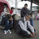 Ungewissheit und Erschöpfung bei der afghanischen Flüchtlingsfamilie Ghulami. Das Ziel, die Landesaufnahmestelle für Flüchtlinge in Karlsruhe ist noch nicht erreicht.