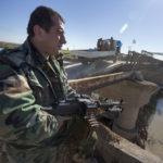 Ein Peschmerga bewaffnet mit einem russischen Maschinengewehr auf seinem Posten an der strategisch wichtigen Behelfsbrücke vor der Stadt Mosul.