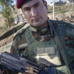 Portrait des Peschmerga Khazim (24 Jahre) bewaffnet mit einem russischen Maschinengewehr (PK Pulemjot Kalaschnikowa).