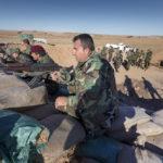 Eine Einheit von Peschmerga hat nahe der Stadt Mosul eine mit Sandsäcken und Schützengräben ausgebaute Stellung bezogen.