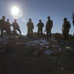 Eine Gruppe von Peschmerga in ihrer mit Sandsäcken und Schützengräben ausgebauten Stellung.