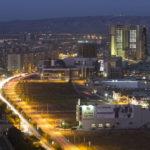 """Erbil im Abendlicht vom 21. Stockwerk des Luxushotels """"Divan"""" aus gesehen."""