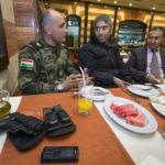 Zusammen mit Freunden besucht Mayor Abdullah Stony (1. Person links) ein Restaurant in Erbil. Seine Dienstwaffe ist immer dabei.