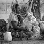 Nach ihrer gefährlichen Flucht aus dem Sudan sitzt diese Flüchtlingsfamilie mit ihren wenigen Habseligkeiten im Flüchtlingscamp Touloum.