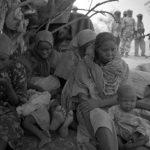 Sudan, Region Darfur. Eine versprengte Gruppe von Flüchtlingen, die sichere Flüchtlingscamps nicht erreichen konnten, werden von den JEM Rebellen mit dem Notwendigsten versorgt.