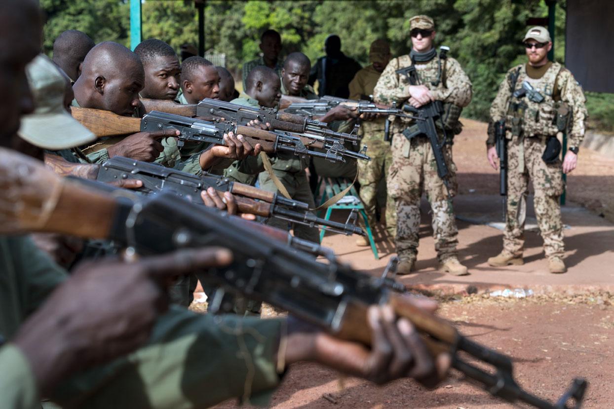 Soldaten der malischen Armee trainieren unter der Anleitung von Ausbilder der Bundeswehr die Bereitschaftspositionen ihrer Sturmgewehre.