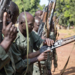 Soldaten der malischen Armee bei der Sicherheitsüberprüfung ihrer Sturmgewehre.