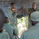 Im theoretischen Unterricht zur Gefechtsausbildung erklärt ein malischer Offizier den Soldaten die Funktionen des Sicherungshebels der AK47.