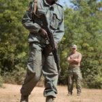 Ein Soldat der malischen Armee beim Training zur Gefechtsausbildung. Im Hintergrund ein Ausbilder der albanischen Streitkräfte.