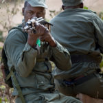 Gefechtsausbildung malischer Soldaten auf dem Übungsgelände des Koulikoro Training Center. Ein Soldat sichert den rückwärtigen Raum.