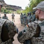 Nach der Gefechtsausbildung für die malischen Soldaten ist die Nachbesprechung ein wichtiger Bestandteil des Ausbildungskonzeptes.