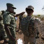 """Im """"Company Commander´s Course"""" unterrichtet ein spanischer Militärausbilder malische Offiziere im Ausbau einer Verteidigungsstellung."""