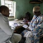 """In regelmäßigen Besuchen beim Leiter des Busbahnhofs informiert sich ein Mitarbeiter (Person rechts) der Hilfsorganisation """"Association Malienne des Expulses"""" (AME) über zu erwartende Rückkehrer aus Nordafrika."""