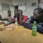 """Donnerstag, der 30. November 2017 um 20:00 Uhr: nach ihrer beschwerlichen Rückreise aus Nordafrika sitzen sechs Migranten entkräftet im Versammlungsraum der Hilfsorganisation """"Association Malienne des Expulses""""."""