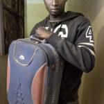 Mohammed Adraman (26 Jahre aus Guinea Bissau) mit seinen Habseligkeiten. Mohammed arbeitete bis zu seiner Abschiebung in Algerien.