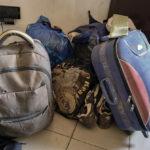 """Sechs Migranten haben nach ihrer beschwerlichen Rückreise aus Nordafrika bei der malischen Hilfsorganisation """"AME"""" Zuflucht gefunden. In einer Ecke des Büros stehen ihre Habseligkeiten."""