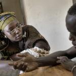 """Im Buero der Hilfsorganisation """"AME"""" erzählt Doudou Sonk (27 Jahre aus Gambia, Person rechts) der AME-Mitarbeiterin Mariam Teme die Geschichte seiner Flucht aus Nordafrika."""