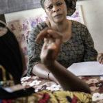 Die AME-Mitarbeiterin Doumbia Souhad (52 Jahre) leitet die Frauenselbsthilfegruppe. Doumbia Souhad selbst lebte 12 Jahre als Migrantin in den USA. 2006 wurde Doumbia Souhad abgeschoben.