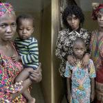 Awa Berthe (27 Jahre) mit Tochter Zeinabou Walett Ismaguel. Awa Berthe hat seit 2013 mit Ehemann und Kindern in Lybien gelebt. Mutter Aminata Cisse (49 Jahre), Tochter Fatoumata Sacko und Sohn Cheick Tidiane. Aminata Cisse hat zusammen mit ihrem Ehemann und zwei Kinder 20 Jahre in Lybien gelebt.