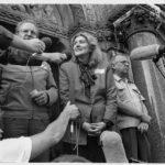 """Auf dem Portal zur Pfarrkirche zur """"Heiligen Familie"""" im Budapester Stadtteil """"Zugliget"""" gibt Csilla Freifrau von Boeselager (gestorben 23.02.1994, Gründerin des Ungarischen Malteser Caritas Dienstes) den Pressevertretern ein Interview zur Lage der DDR-Flüchtlinge."""