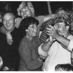 10. September 1989: Freudentaumel im Flüchtlingslager Budapest-Zugliget. Csilla Freifrau von Boeselager verkündet den wartenden DDR-Flüchtlingen die Öffnung der Ungarischen Grenze und somit die uneingeschränkte Ausreisemöglichkeit der DDR-Bürger in den Westen.