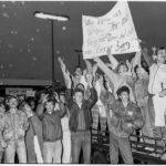 Am 5. Oktober 1989 trifft der erste Zug mit Prager Botschaftsflüchtlingen in Hof ein. Auf Bestreben des damaligen BRD-Außenministers Hans-Dietrich Genscher dürfen rund 6000 DDR-Flüchtlinge aus der westdeutschen Botschaft in Prag in die Bundesrepublik Deutschland ausreisen.