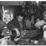 Am 5. Oktober 1989 trifft der erste Zug mit Prager Botschaftsflüchtlingen in Hof ein. Viele der DDR-Flüchtlinge haben auf ihrer Flucht alles zurück lassen müssen. In der bereitgestellten Kleidersammlung decken sich Flüchtlinge mit nötiger Kleidung ein.
