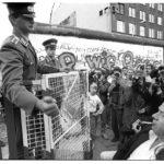 Zum 40. Gründungstag der DDR haben DDR-Grenztruppen den Grenzkontrollpunkt Checkpoint Charlie mit Absperrgittern abgeriegelt. Immer wieder kommt es zu Auseinandersetzungen zwischen den Grenzsoldaten und den auf West-Berliner Seite stehenden Schaulustigen.