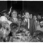 9. November 1989, gegen 19:00 Uhr, vor dem Haus des Zentralkomitees der SED: Während der außerordentlichen Mitgliederversammlung zur 10. ZK-Tagung spricht Egon Krenz (Generalsekretär des ZK der SED, und Nachfolger Erich Honeckers) zu den aufgebrachten Kundgebungsteilnehmern. Rechts neben Egon Krenz, der Sekretär des ZK der SED für Informationswesen, Günter Schabowski.