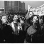 9. November 1989, gegen 19:00 Uhr: während der außerordentlichen Mitgliederversammlung zur 10. ZK-Tagung versammeln sich die noch getreue Genossen vor dem Haus des Zentralkomitees der SED.