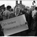 9. November 1989: vor dem Haus des Zentralkomitees der SED präsentiert ein Demonstrant in akkuraten Lettern seine Forderungen an die Führung der SED.