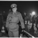 12. November 1989: ein Oberleutnant der DDR-Grenztruppen nach der Öffnung der Sperranlagen und dem neu eingerichteten Grenzübergang am Potsdamer Platz.