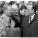 November 1989: der Außenminister der USA unter Präsident George H. W. Bush, James A. Baker (links), der regierenden Bürgermeister von Berlin, Walter Momper (Bildmitte) und der Außenminister der Bundesrepublik Deutschland, Heinz-Dietrich Genscher (rechts) am neu eingerichteten Grenzübergang am Potsdamer Platz.