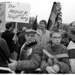 22. Dezember 1989: am Tag der offiziellen Öffnung des Brandenburger Tores haben sich zahlreiche Schaulustige eingefunden.