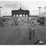 10. November 1989, der Morgen danach: früh morgens beseitigt ein Westberliner Straßenkehrer die Reste der Wiedervereinigungsfeierlichkeiten an der Mauer vor dem Brandenburger-Tor.