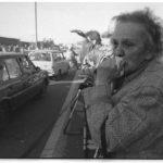 """November 1989: am Grenzübergang Helmstedt-Marienborn betrachtet eine ältere Helmstedterin bewegt die Ankunft der """"Trabi-Karawane"""" aus der DDR."""