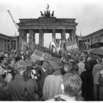 22. Dezember 1989: nach der offiziellen Öffnung des Brandenburger Tores feiern Ost- und Westbürger auf dem Pariser Platz etwas kontrovers schon mal die Einheit beider deutschen Staaten.