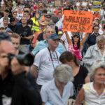 """Eine Protestkundgebung der Initiative """"Querdenken 711 Stuttgart"""" mit mehreren tausend Teilnehmern gegen die Corona-Beschränkungen auf dem Gelände der Cannstatter Wasen."""